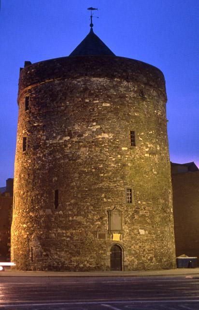 Reginalds tårn, Waterford, 1200-tallet. Tårnet er muligvis bygget ovenpå en tidligere vikingetidsbefæstning, og kan indeholde elementer af denne ældre konstruktion. © The Department of Environment, Heritage and Local Government.