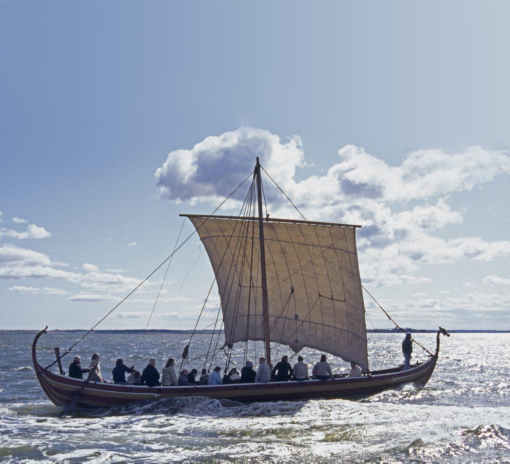 Vil du have en særlig sejlads oplevelse? Tag med på sejlads i et vikingeskib.