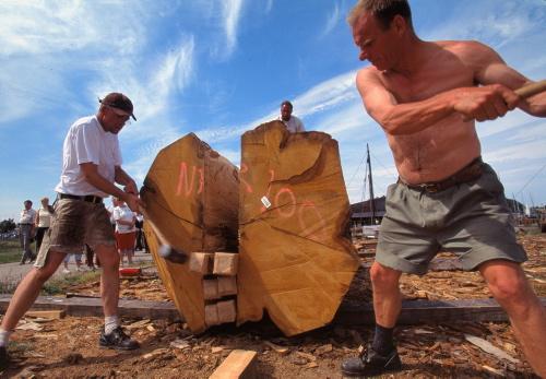 Her kløves et egetræ til planker til Havhingstens bor. Foto Werner Karrasch, Vikingeskibsmuseet