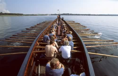 Langskibet 'Havhingsten fra Glendalough' roes af 60 mand.