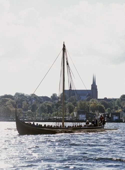 Langskibet Havhingsten fra Glendalough under træningssejlads på Roskilde Fjord. FOTO: Werner Karrasch, Vikingeskibsmuseet.