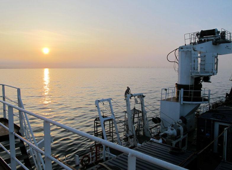 Havblik. Udsigt fra VINA. I forgrunden ses de to dykkerkurve, der bringer dykkerne de 24 meter ned til skibsvraget. Foto: Jørgen Dencker, Vikingeskibsmuseet