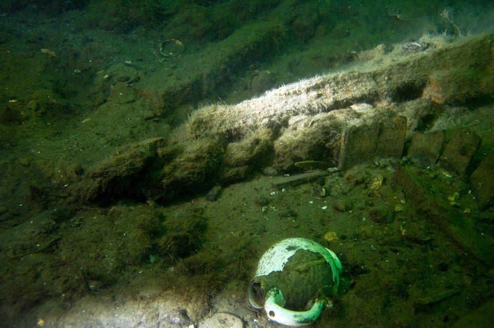 Glaseret lertøjskande, rester af spand eller pøs (th.) og en del kraftigt tovværk. Foto: Morten Johansen, Vikingeskibsmuseet