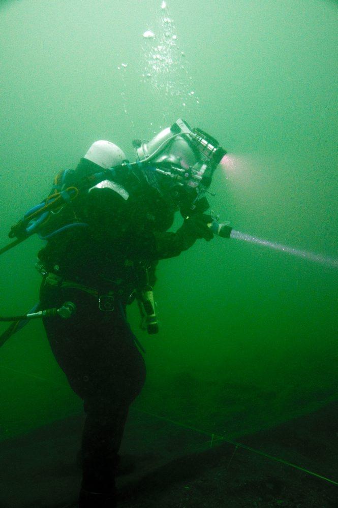 Dykker på vraget. Foto: Morten Johansen, Vikingeskibsmuseet