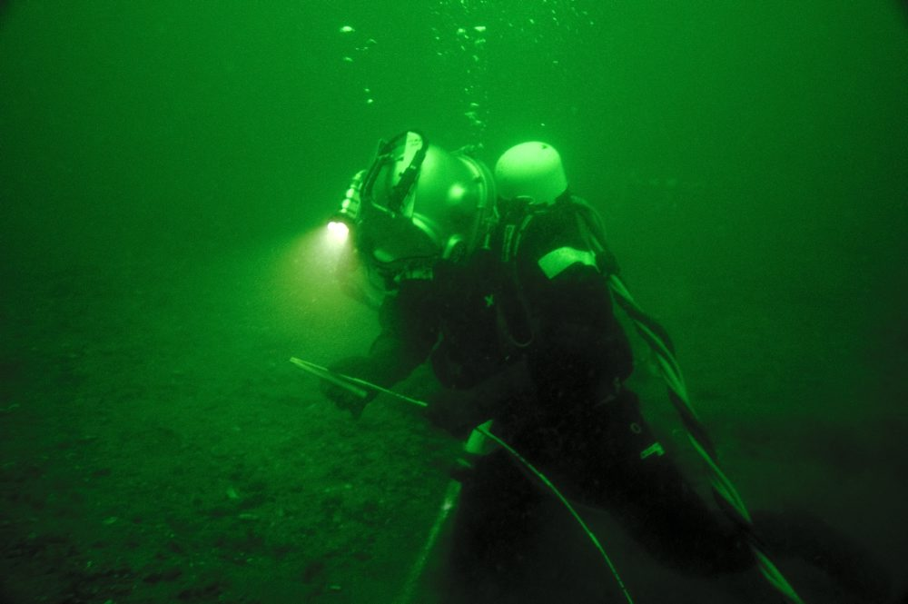 Dykker, Tonni Andersen, JD-Contractor, i gang med opmåling på vraget. Foto: Morten Johansen, Vikingeskibsmuseet