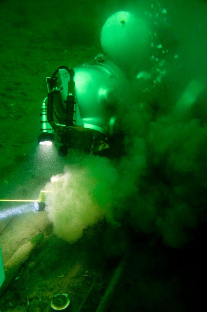 Dykker, Tonni Andersen, JD-Contractor,  i gang med afrensning af konstruktionsdele omkring pumpebrønden på vraget. Foto: Morten Johansen, Vikingeskibsmuseet