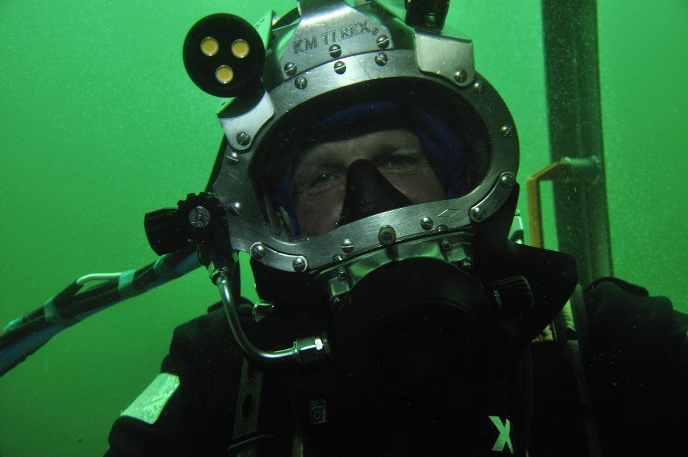 Dykker , Tonni Andersen, JD-Contractor, i kurven, på dekompressionsstop. Efter 2 timer på over 20 meters vanddybde skal dykkerne dekomprimere på 9 meters vanddybde I 5 min og på 6 meters vanddybde i 25 min. Foto: Morten Johansen, Vikingeskibsmuseet