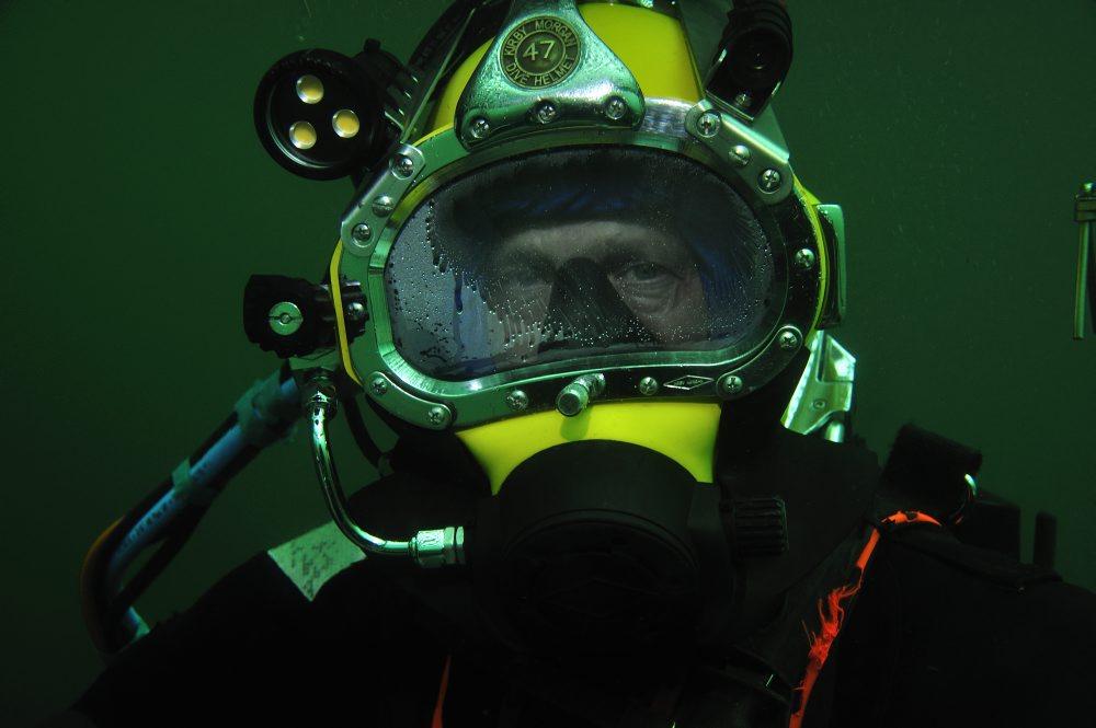 Dykker, Morten Johansen, Vikingeskibsmuseet, i kurven, på dekompressionsstop. Efter 2 timer på over 20 meters vanddybde skal dykkerne dekomprimere på 9 meters vanddybde I 5 min og på 6 meters vanddybde i 25 min. Foto: Tonni Andersen, JD-Contractor