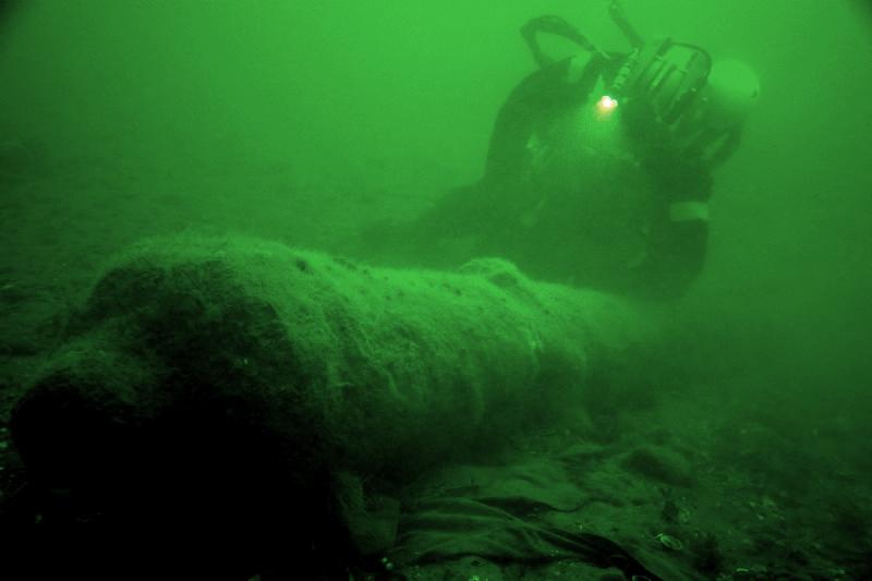 Dykker ved en af skibets kanoner. Foto: Morten Johansen. Vikingeskibsmuseet
