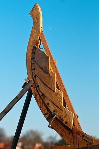 En skibstævn fra skulelevskib, mod den blå himmel over Roskilde Fjord og Vikingeskibsmuseet