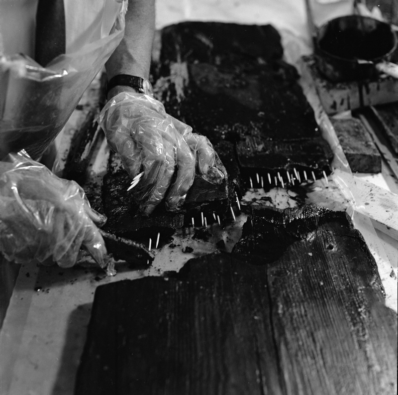 Fundets fragmenter samles, så de kan udstilles som en helhed