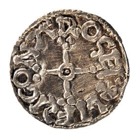 Denne mønt blev slået i Århus, mens Magnus den gode var dansk konge (1042-47). Inskriptionen 'Lifsig on Arosei' fortæller, at mønten blev præget af møntmesteren Lifsig i Århus. Foto: Moesgård Museum