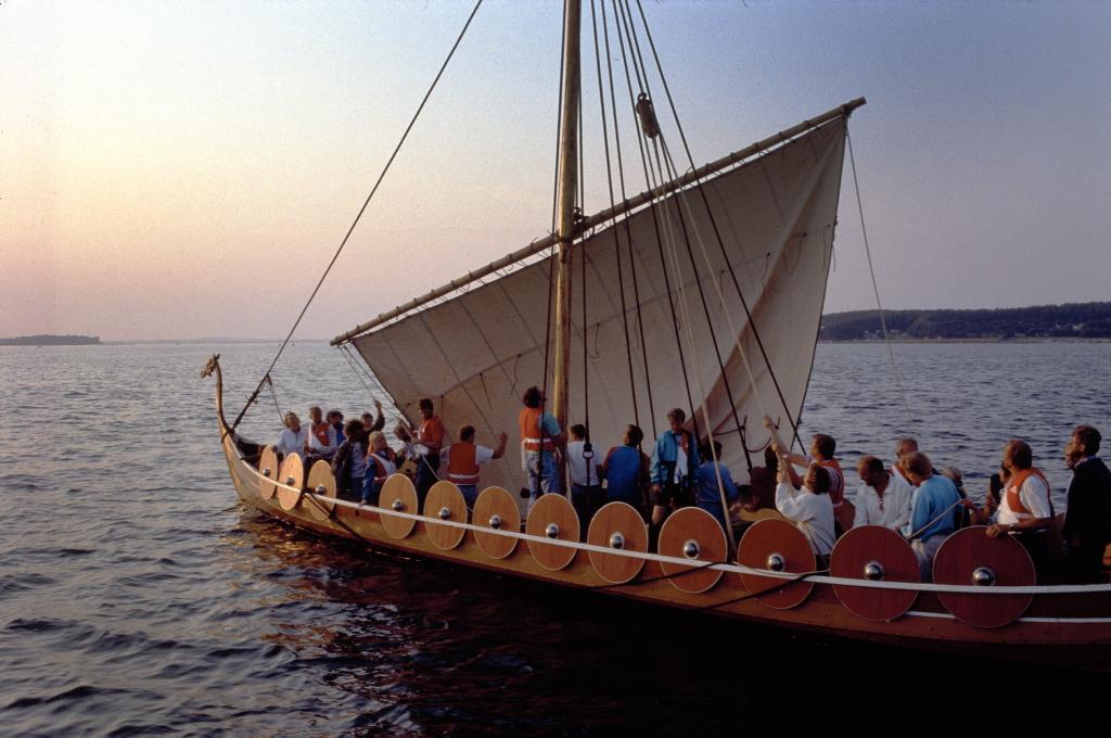 Vikingeskibet Helge Ask sejler mod solnedgangen