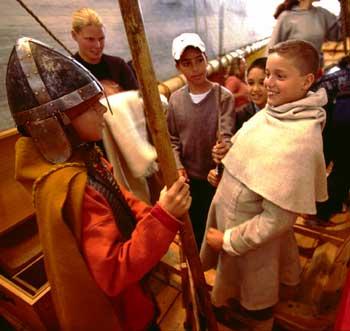 På Anløbsbroen i Vikingeskibshallen er det bl.a. muligt at klæde sig ud som viking. Foto Werner Karrasch