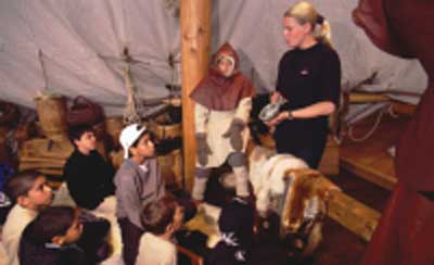 I påskeferien kan man på Anløbsbroen i Vikingeskibshallen snuse til livet om bord på et vikingeskib. Foto Werner Karrasch