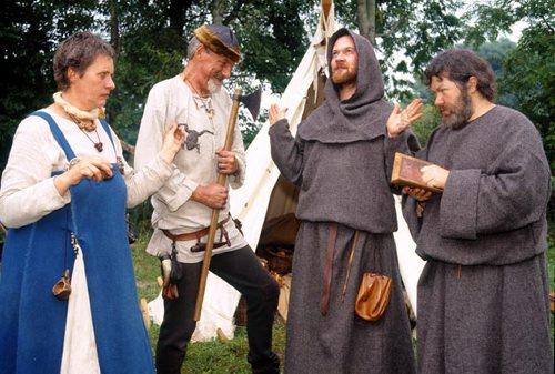 Vikinger og engelske munke diskuterer tro i Lejre Forsøgscenter. Foto: Ole Malling. © Lejre Forsøgscenter.