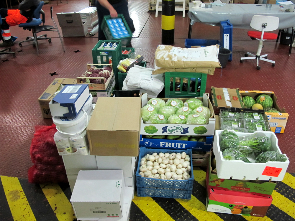 Den nye besætning kom med nye forsyninger af mad og proviant. Foto: Jørgen Dencker