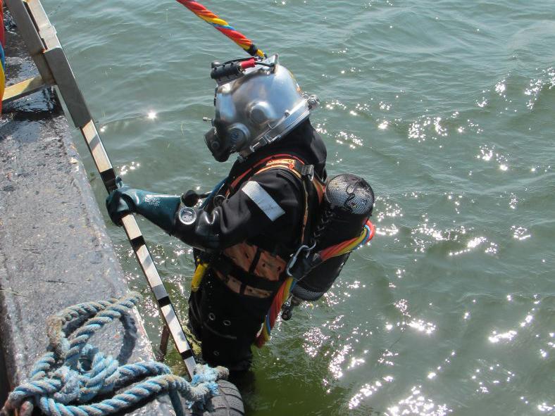 En af Vikingeskibsmuseets dykkere klar til dykning på ca. 10 meters dybde i Guldborgsund. Foto: Jørgen Dencker, Vikingeskibsmuseet.
