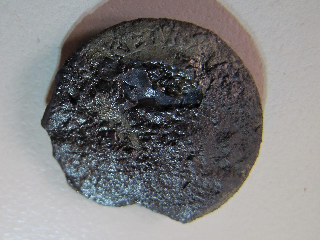 Ved dykningen onsdag aften dukkede mastemønten frem i mastesporet. Hermed kan vi få en ret præcis datering af vraget. Der er tale om en mindre sølvmønt på 19 millimeter i diameter. Bogstaverne 'KE' kan skelnes. Foto: Jørgen Dencker, Vikingeskibsmus