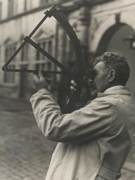 Kaptajn og navigationshistoriker Jens Kusk Jensen måler solhøjde med en kvadrant. © Handels- og Søfartsmuseet.