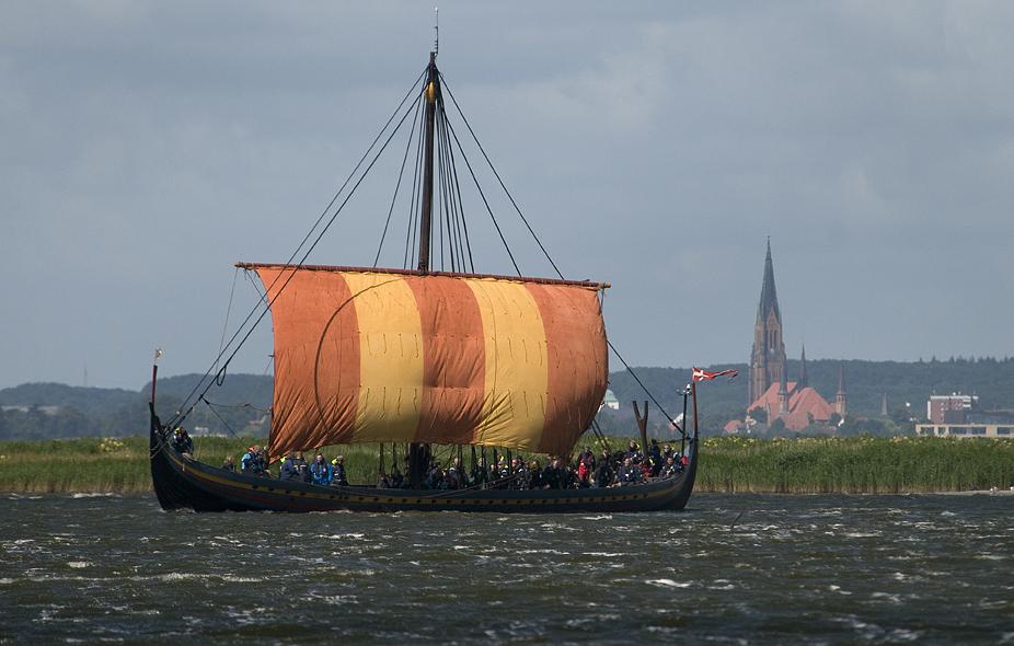 Selv inde i den beskyttede fjord Slien kan der komme vind i sejlene. Mandag den 16. juli blæste det så kraftigt, omkring 18 m/s, at Havhingsten besluttede at tage endnu en overnatning i Tyskland inden turen over Østersøen til Rudkøbing.