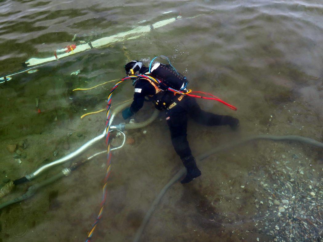 Dykkeren i gang med udgravningsarbejdet. Foto: Jørgen Dencker