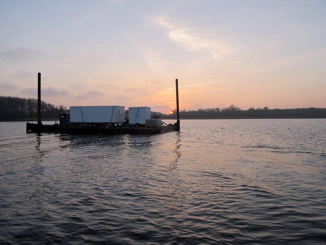Solnedgang over udgravningsfeltet. Marinarkæologerne arbejder fra solopgang til solnedgang for at nå at bjærge alle de spændende genstande. Foto: Jørgen Dencker