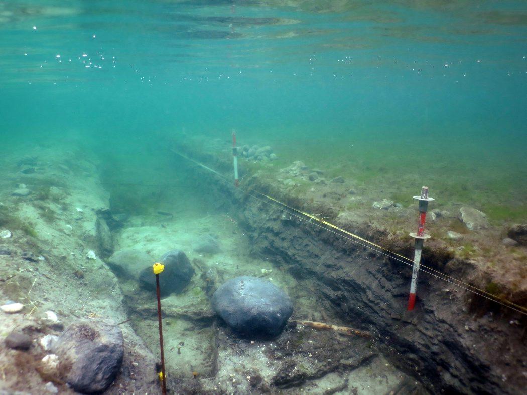 I den ca. 1 meter brede grøft finder arkæologerne bopladslag med stenalderredskaber og store mængder af affaldsflint, tildannede benspidser, knogler fra jagtdyr, træflager som kan være dele af stammebåde samt et stort antal træstager fra fiskegærd