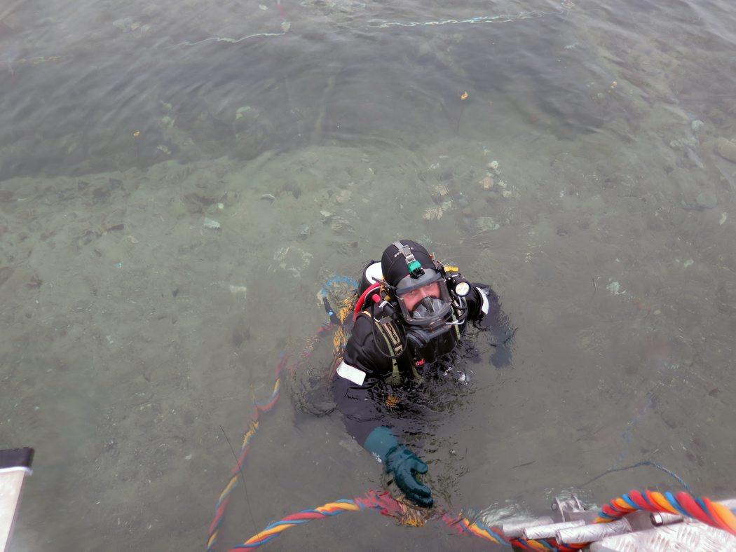 Dykkeren går fra udgravningen til flåden for at holde frokostpause. Foto: Andreas Bloch Kallmeyer