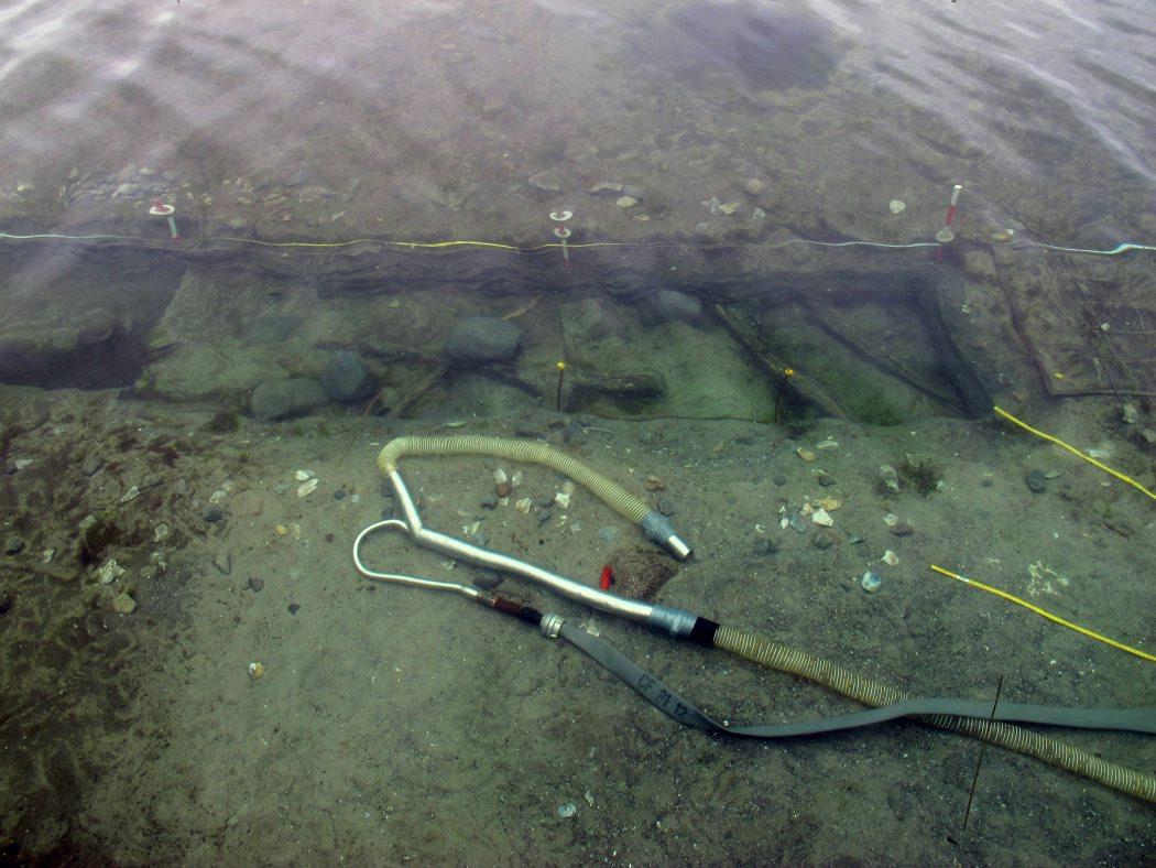 Den 1 meter brede udgravningsgrøft med sten og træstager, som det ser ud fra dykkerflåden. Foto: Jørgen Dencker