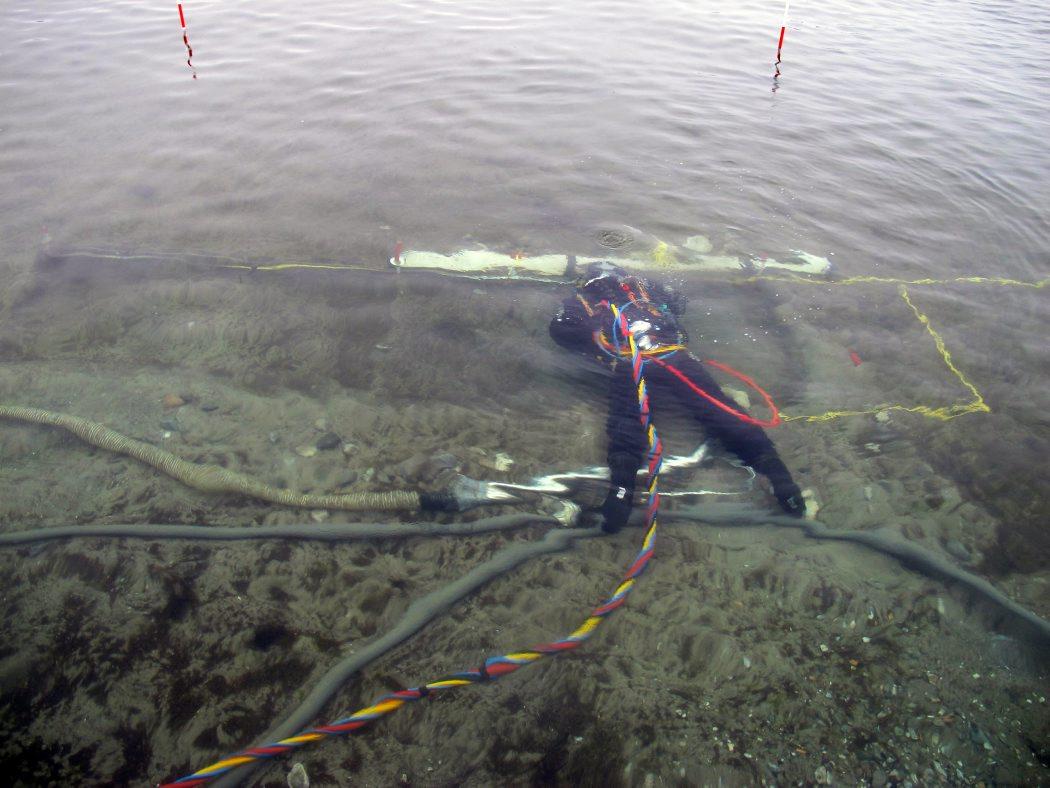 På det lave, klare vand kan arbejdet følges fra flåden. Foto: Jørgen Dencker