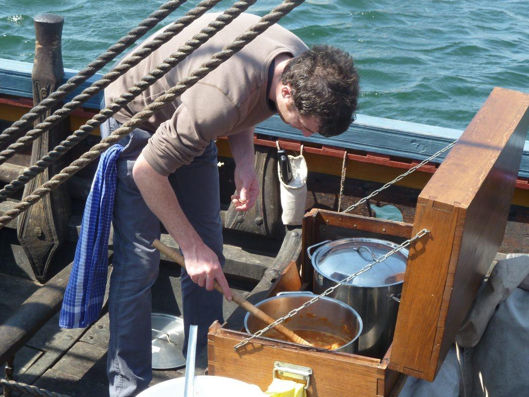 Gill Meller laver fiskesuppe til Havhingstens besætning. Det er i kabyssen på Havhingsten.