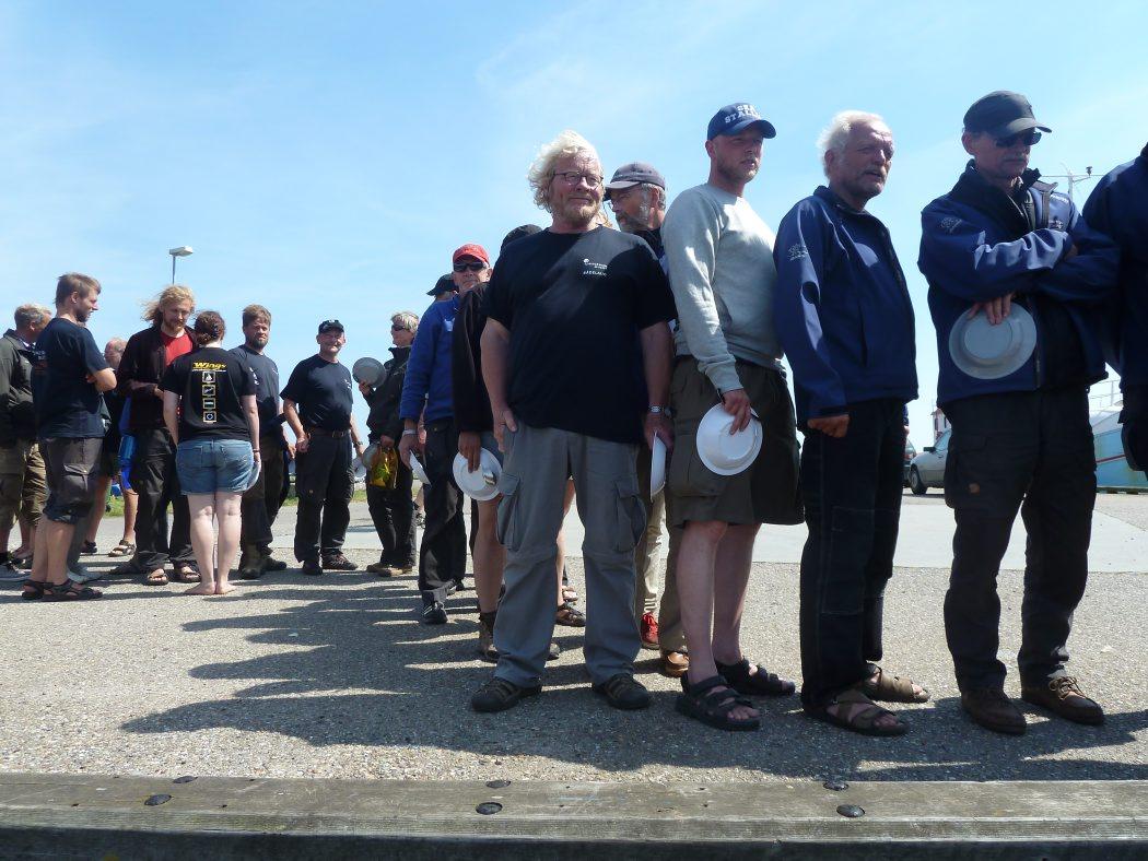 Besætningen venter utålmodigt på River Cottages fiskesuppe.