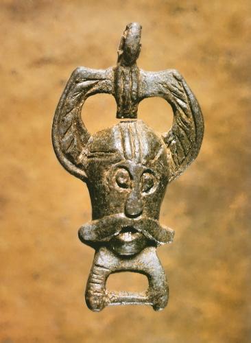 Figuren på dette spænde tolkes som Odin med de to ravne Hugin og Munin på hver side af hovedet. Foto: Den Antikvariske Samling, Ribe