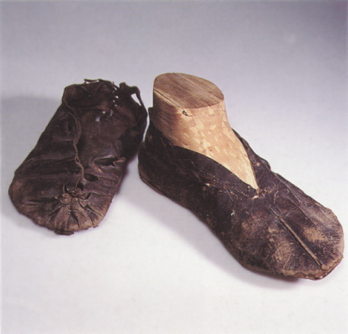 To udtjente lædersko med indvendig søm fra år 750 fundet i Ribe. Foto: Den Antikvariske samling, Ribe