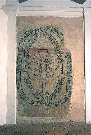 Runesten fra Svinnegarns Kirke. Foto: Bengt A Lundberg (image supplied by National Heritage Board, Stockholm).