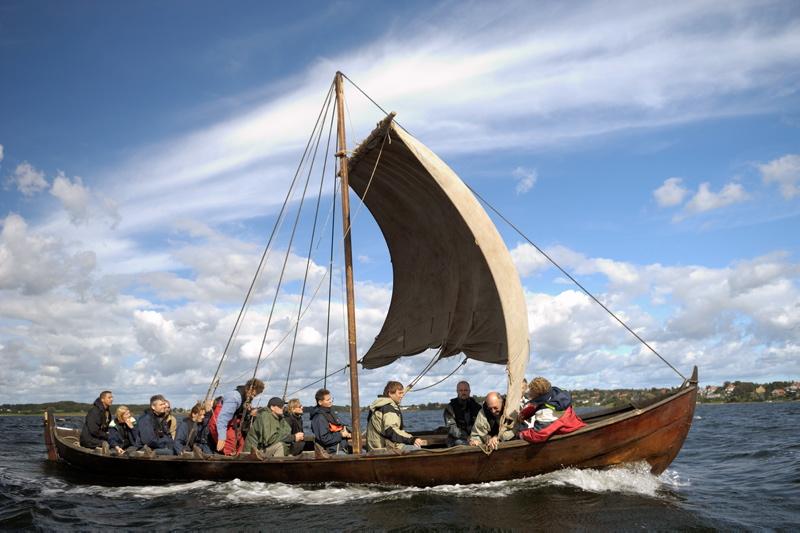 På Vikingeskibsmuseet kan du efter at have set de originale vikingeskibe træde direkte ned i en af vores rekontruktioner.