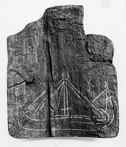 """Et indridset skib på en træplanke. Måske et såkaldt """"blueprint"""" til et nyt skib. Foto: National Museum of Ireland"""