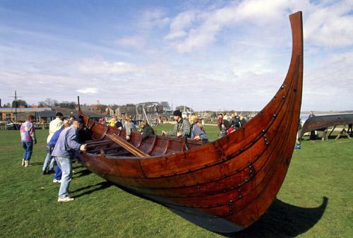 Bådelauget trækker Kraka Fyr på land. Foto Werner Karrasch