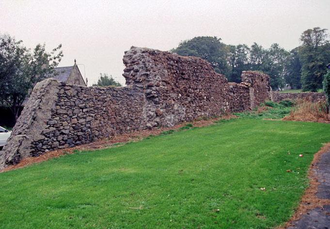 St. Malachy's Wall, Bangor Abbey, Bangor, Co. Down. Muren er det eneste tilbageværende vidnesbyrd fra det tidligmiddelalderlige kloster ved Bangor. © Crown copyright (Reproduced with the permission of the Controller of HMSO).