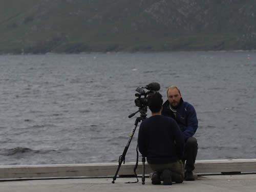 BBC-Timewatch fulgte Havhingsten hele vejen fra Roskilde til Dublin. Her er det Skipper Carsten Hvid under et interview med BBC's Nathan Williams. Stedet er Inverie i Vestskotland og fotografen er Werner Karrasch