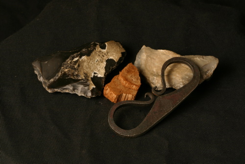 Ildstålet består af et stykke jern, en tørret svamp og flint. Med disse tre genstande kunen enhver mand og kriger lave ild.
