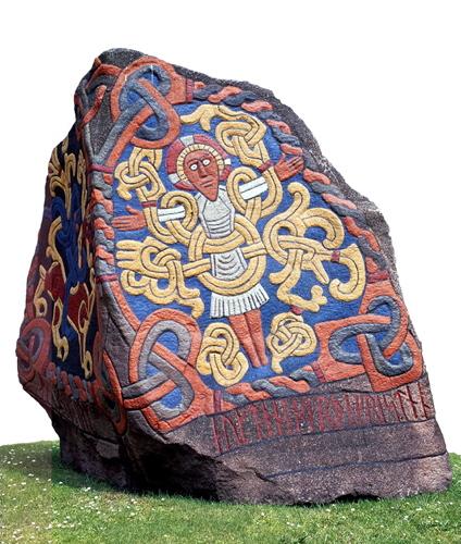 På Jellingstenen står, at Harald Blåtand kristnede danerne, og stenen opfattes i dag som Danmarks dåbsattest. Foto: rekonstruktion af Jellingestenen, Vikingeskibsmuseet