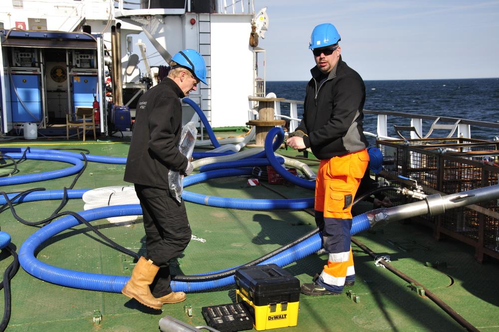 Mandag d. 30/4: Mikkel og Staffan arbejder med tilrigning af airlift-systemet. Foto: Morten Johansen