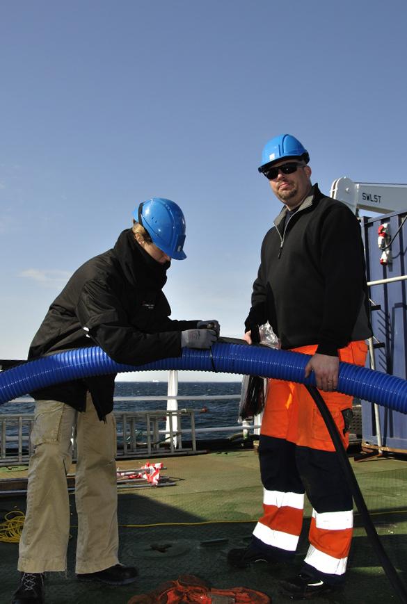 Mandag d. 30/4: Athena og Staffan arbejder med tilrigning af airlift-systemet. Foto: Morten Johansen
