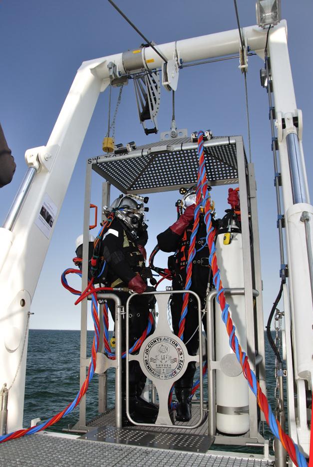 Onsdag d. 2/5: Dykkerkurven, der fører dykkerne ned til skibsvraget 24 meter nede. Staffan på vej i vandet for at opsætte målesystem på vraget. Foto: Morten Johansen