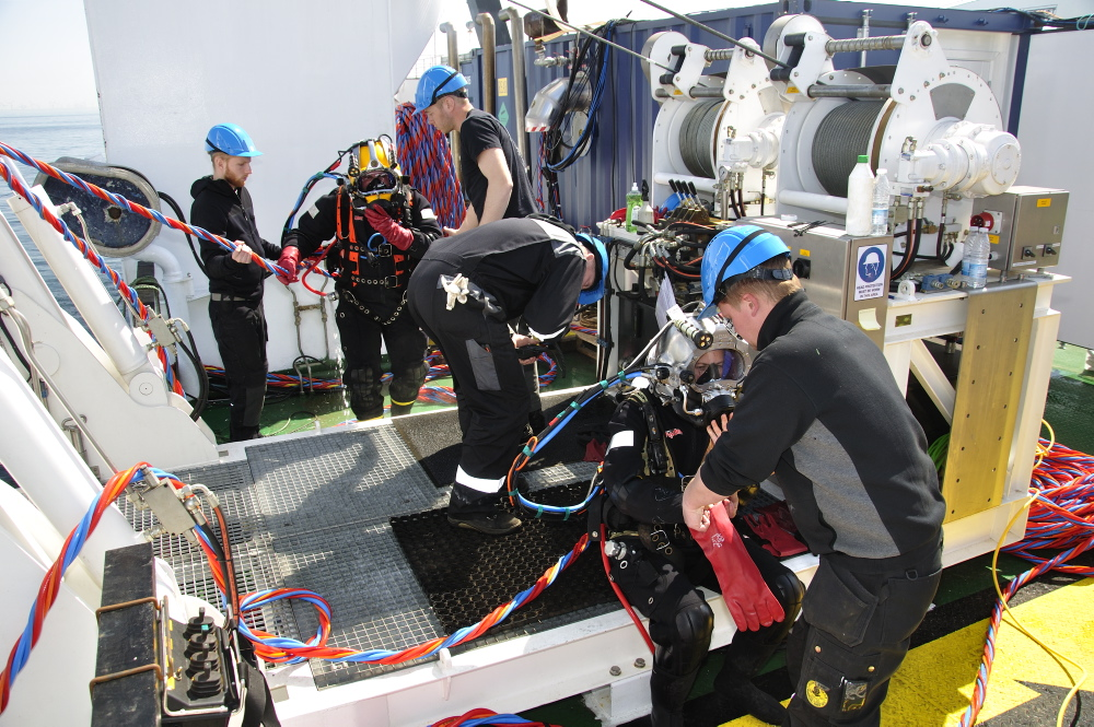 Torsdag d. 3/5: Marinarkæolog Athena på vej i vandet for at påbegynde indmåling af vraget. Foto: Morten Johansen