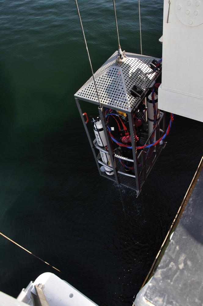 Torsdag d. 3/5: Athena på vej i vandet for at påbegynde indmåling af vraget. Dykkerassistenter sætter handskerne på. Foto: Morten Johansen