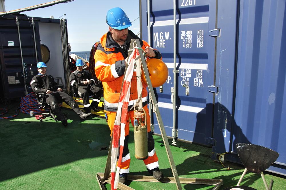 Lørdag d. 5. maj. Staffan von Arbin klargør strømmåleren som skal registrere strømforholdene den næste måned. Kortlægning af strømforholdene kan være afgørende for valg af metode til sikring af vraget efter undersøglesen. Foto: Morten Johansen