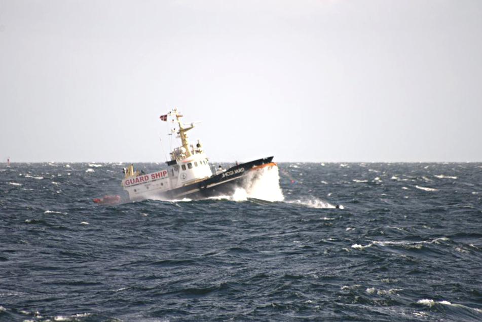 Vagtskibet JHC GUARD overvåger døgnet rundt – og uanset vejret - at der ikke kommer uvedkommende skibe ind i det 2000x2000 meter store forbudsområde, hvor VINA ligger opankret over vraget. Foto: Jørgen Dencker, Vikingeskibsmuseet